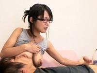 メガネの人妻家政婦の母乳の出ちゃう垂れ巨乳にむしゃぶりついてガチ授乳手コキしてもらいます!