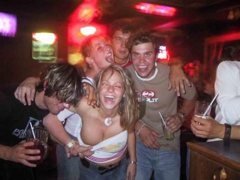 【エロ画像214枚】海外パーティーはエロ満載!!クラブでパリピ達は酒で酔ってパンチラ、おっぱい丸出し、セックス敢行。終いにはホームパーティでもハロウィンでも乱交しまくっている件