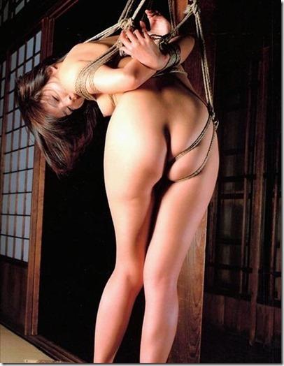 食い込む股縄で変形するオマンコが夫婦の秘めごとの証しになるエロ画像54