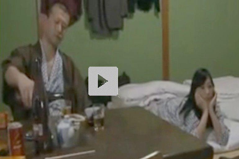 【昭和ロマン風寝取られエロ動画】盲目の按摩を呼び、一人旅のふりして夫の目の前で抱かれる人妻を見に行く