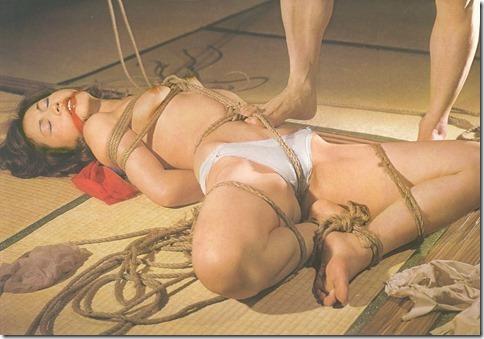 【SM夫婦生活の股縄動画像】『ご主人様、オ●ンコの縄はきつめにして下さい・・』11