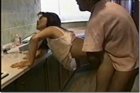 喪服で娼婦のように。台所で野獣のように。日常を非日常にして2倍感じる妻の秘めごと02