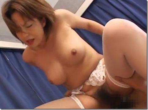 シックスナインで痙攣イキする美熟女、男の上で腰を前後に動かしながらオーガズムを迎える01