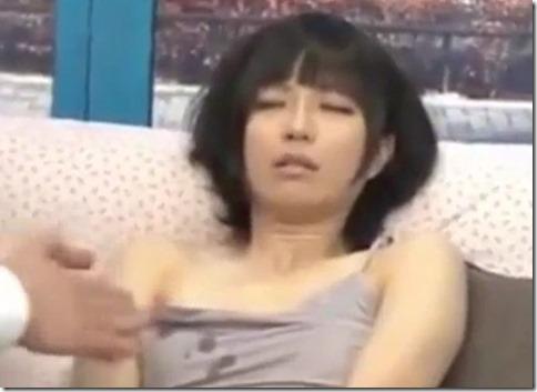 ガラス張りの部屋での着衣愛撫で母乳をしたたらせる若妻、結局直接乳揉みされて気持ちよさそうに喘ぐ01