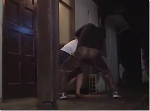 玄関先で待ち伏せされ、夫のいるリビングの窓の外で中出しレ●プされた人妻01