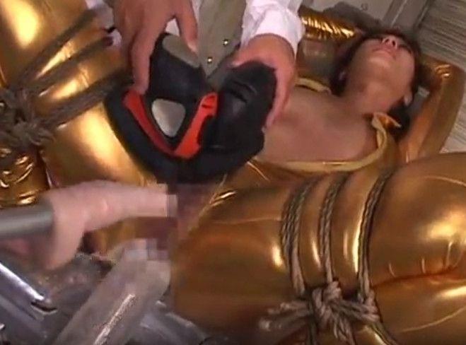 金のボンデージで拘束されたお姉さんを電マ・ドリルバイブ・浣腸で痙攣鬼イカせ