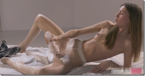 【mia reeseミア・リース】ロシアの制服微乳美女、オナホール使ってフェイクチンポオナニー