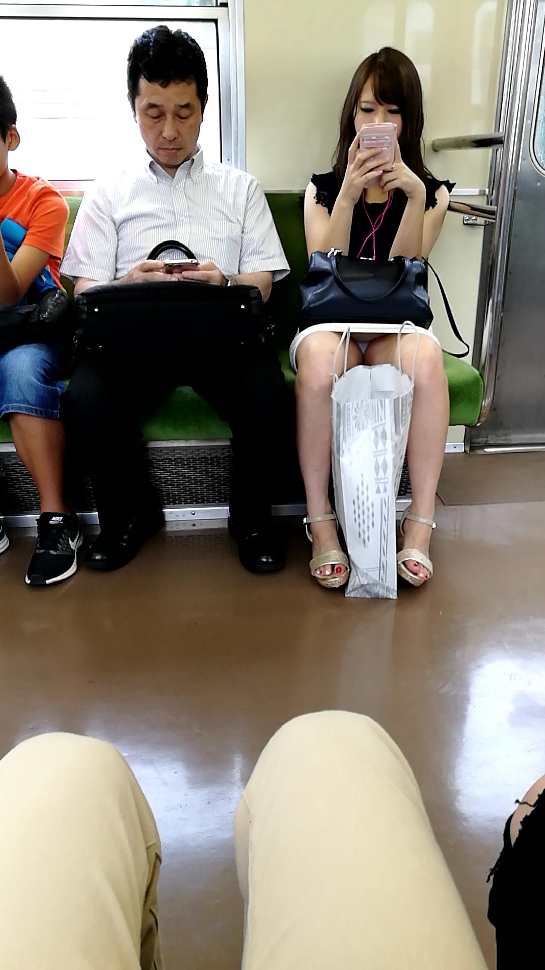 (パンツ丸見え)対面に座って眺めていたいシロウトのパンツ丸見え・太ももえろ写真