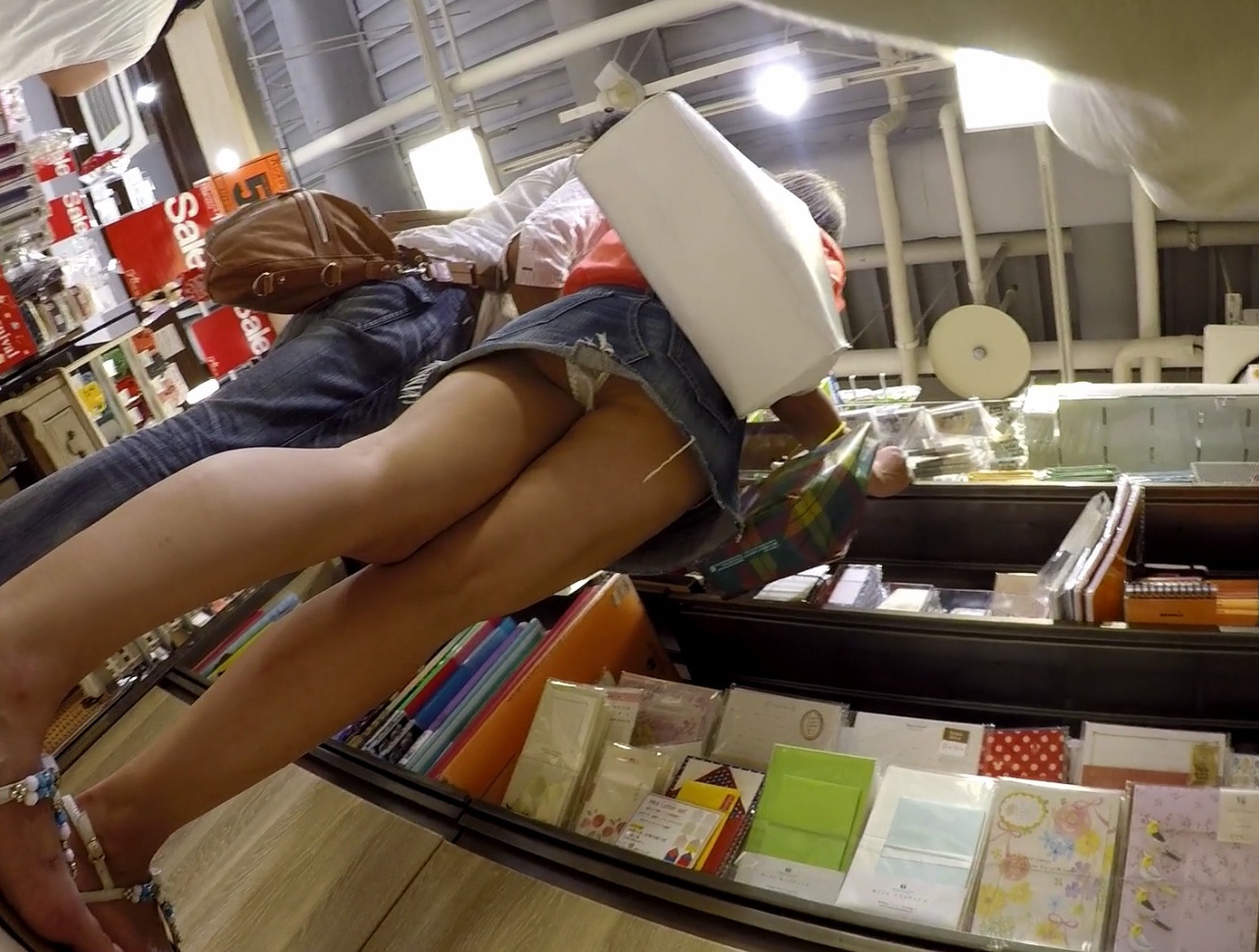 【パンチラ】デニミニ履いてカップルで買い物中の素人さんのパンチラ画像