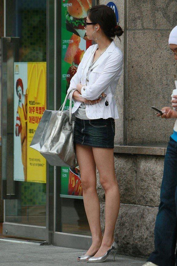 (街撮り)デニミニ履いてるシロウト達の生足が堪らない程えろい