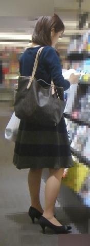 アダルト画像3次元 - スカート丈が長くても果敢に「逆さ撮り」チャレンジしてる画像まとめ!!!→本屋やレンタル屋など!!