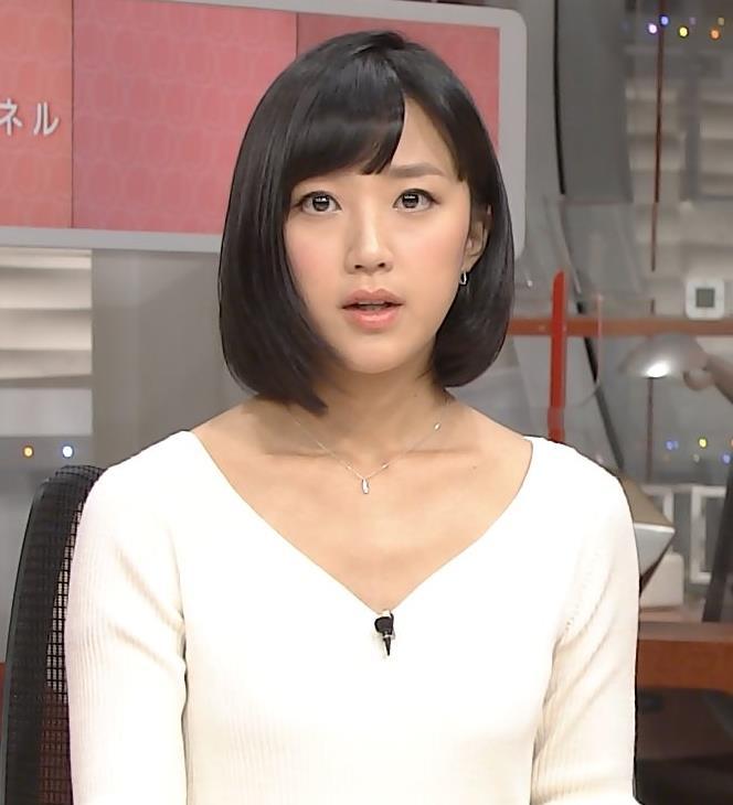 竹内由恵 胸元露出気味のVネックキャプ画像(エロ・アイコラ画像)