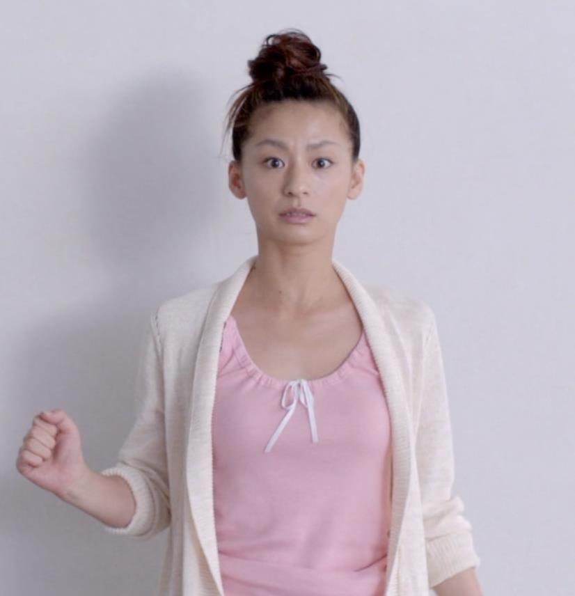尾野真千子 部屋着のおっぱいがエロいキャプ画像(エロ・アイコラ画像)