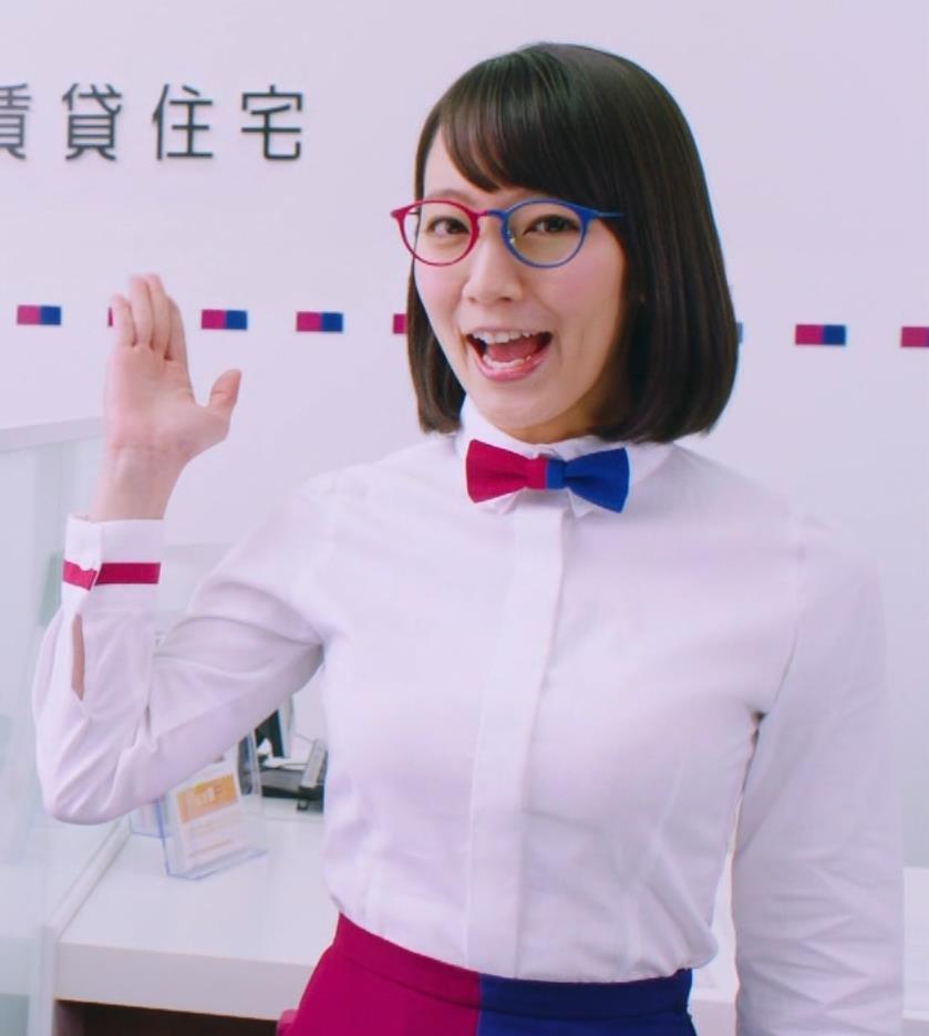 吉岡里帆 胸元パッツン!巨乳でタイトなワイシャツキャプ画像(エロ・アイコラ画像)