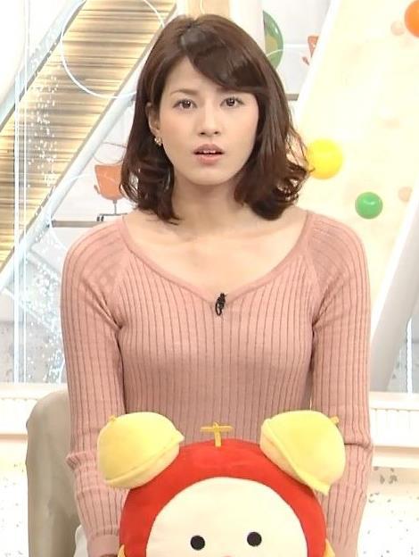 永島優美 裸に見えてきそうな色のニット&かなり短いスカート画像