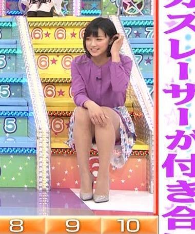 竹内由恵 無防備にミニスカートで座って太もも露出画像
