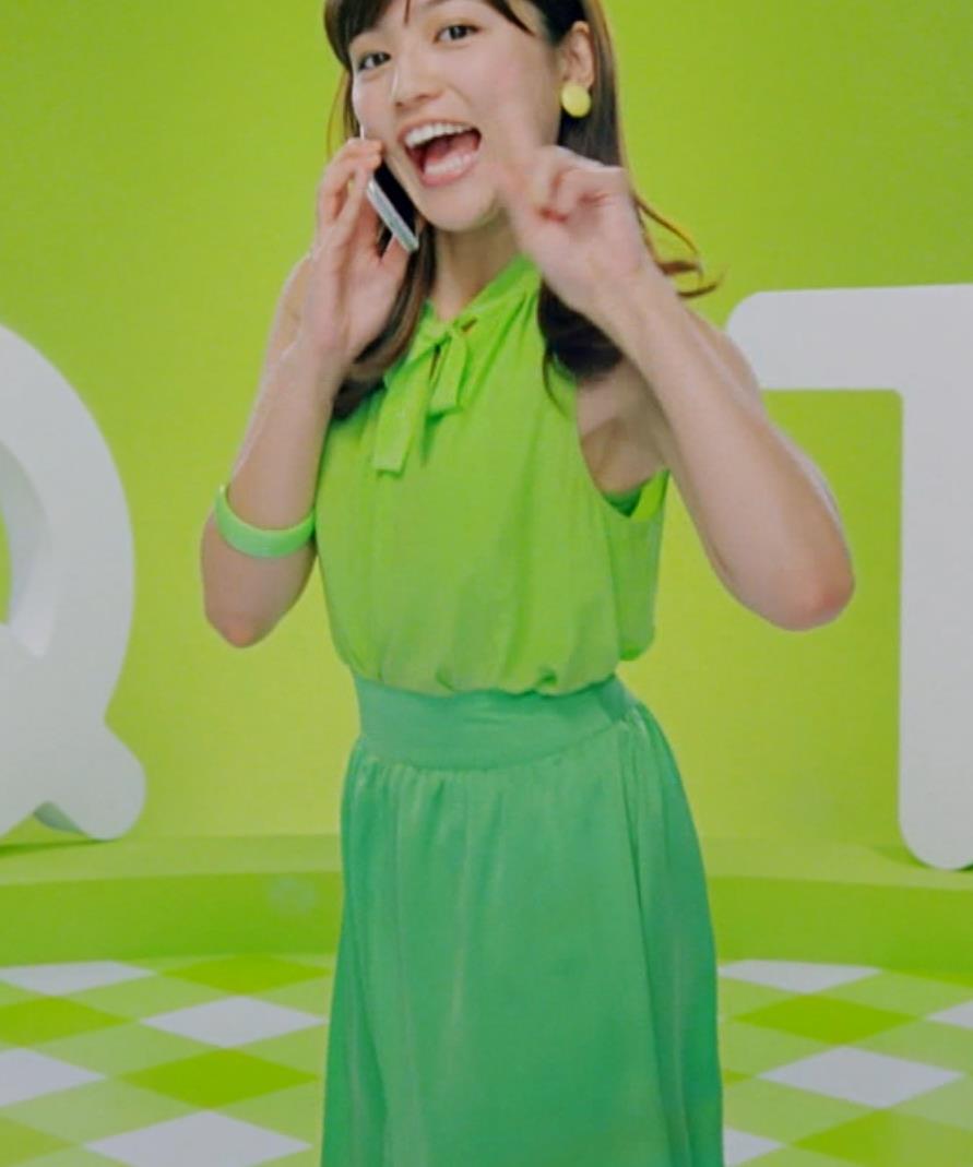 川口春奈 タンクトップで踊るワキがエロいキャプ画像(エロ・アイコラ画像)
