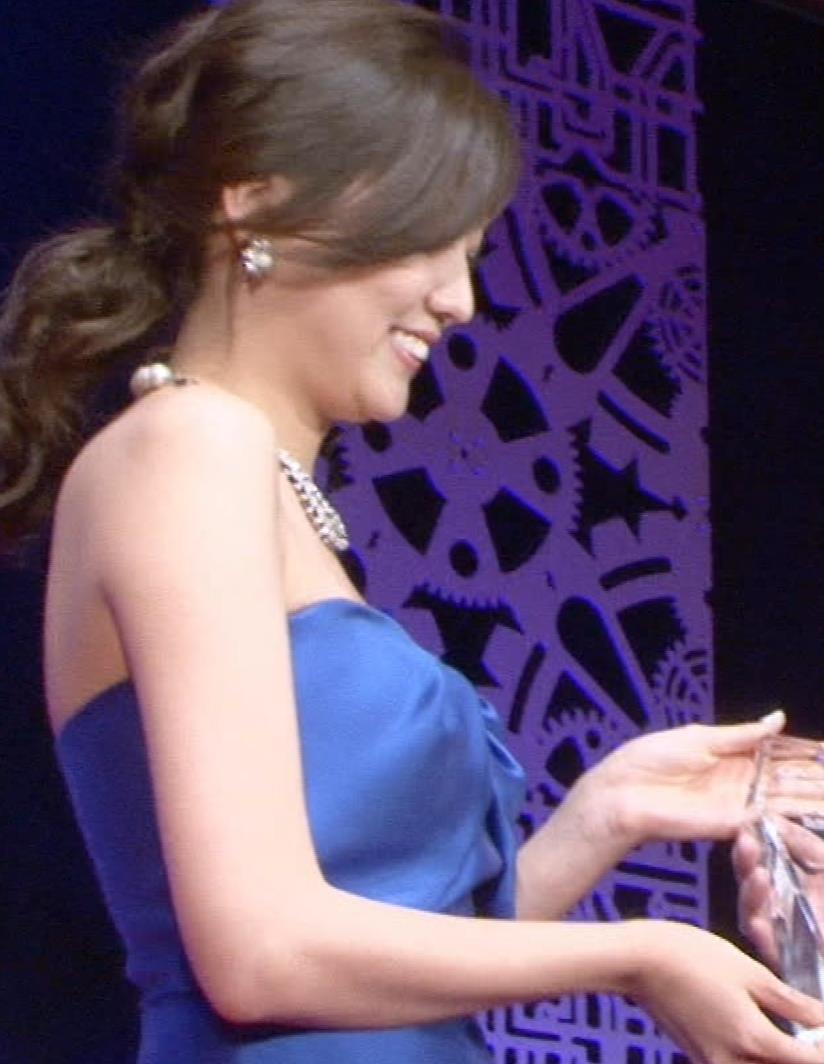 岩﨑名美 チューブトップのドレスでかなり露出キャプ画像(エロ・アイコラ画像)