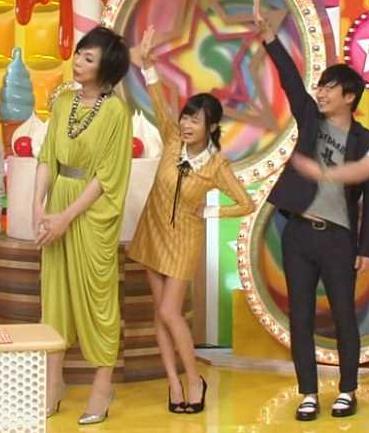 小島瑠璃子 スカートが短すぎて手を挙げるとパンツが見えそうキャプ画像(エロ・アイコラ画像)