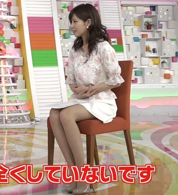 堤礼実アナ かなり短いスカートで座って太ももチラリ