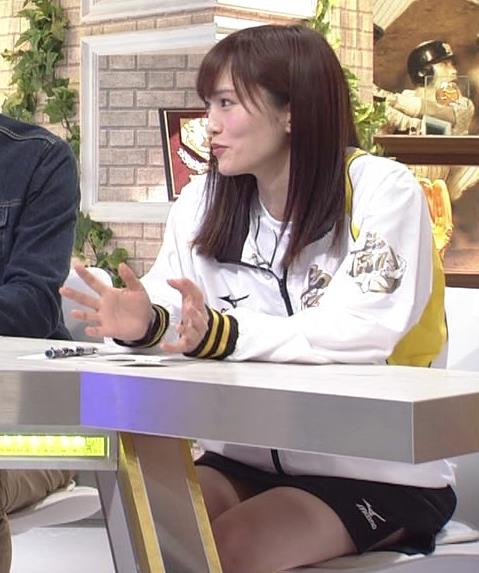 山本彩 ミニスカートで座って太ももチラリキャプ画像(エロ・アイコラ画像)