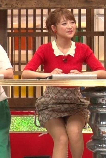 鈴木奈々 意外とエロい、机の下のほぼパンチラキャプ画像(エロ・アイコラ画像)