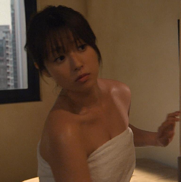 深田恭子 バスタオル姿。ちょっと谷間チラキャプ画像(エロ・アイコラ画像)