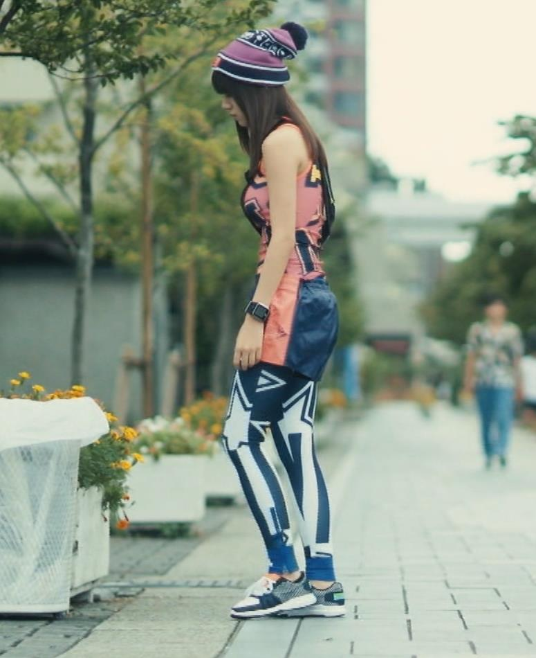 池田エライザ ぴったりタンクトップでくっきり巨乳横乳キャプ画像(エロ・アイコラ画像)