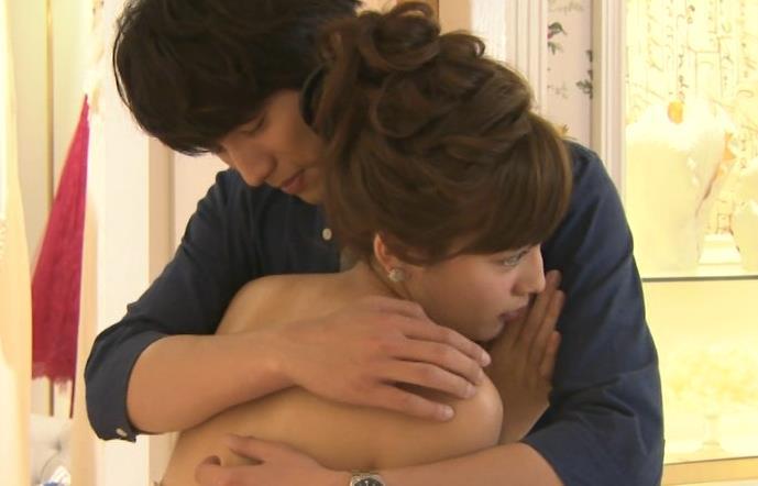 川口春奈 裸で男に抱きついている(ようにみえる)キャプ画像(エロ・アイコラ画像)