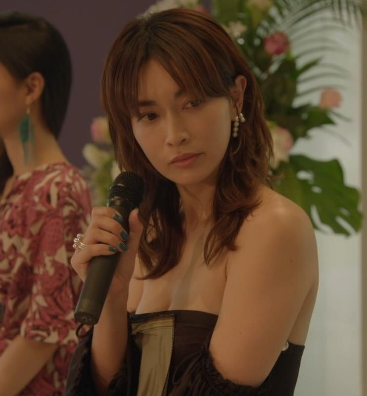 長谷川京子 チューブトップを下げ過ぎておっぱいがエロいキャプ画像(エロ・アイコラ画像)