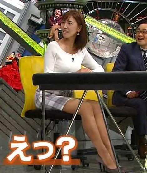 小澤陽子 机の下のミニスカ美脚キャプ画像(エロ・アイコラ画像)