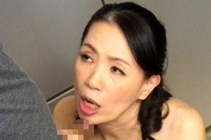 50代熟女がスケベ顔でマラ咥える無料熟女フェラチオ動画