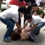 中国・広州の結婚式場で花嫁介添人が男性の集団に胸を触られ押し倒される