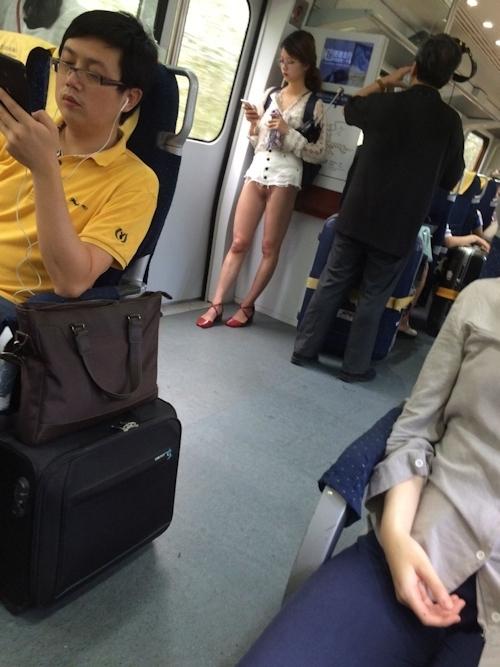 ノーパンで電車に乗ってる?女性の画像