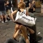 ナポリの人が大勢いる広場でクンニ&手マンしてるカップルがいた 【動画あり】