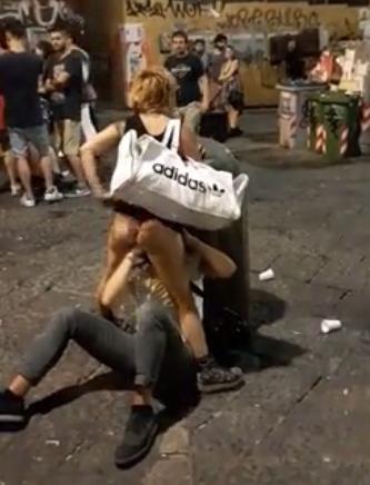 人が大勢いる広場でクンニ&手マンしてるカップル in ナポリ