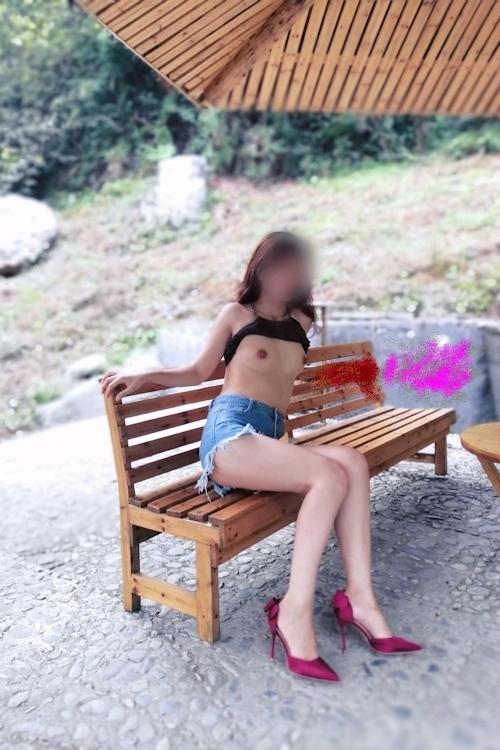 ペット女性の野外露出ヌード画像 1