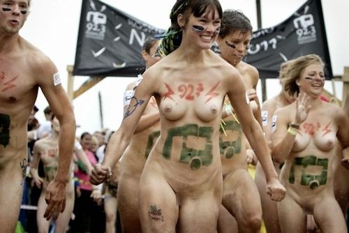 裸でレースしてる画像 3