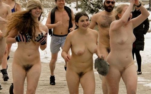 裸でレースしてる画像 15