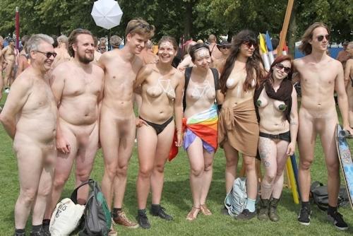 裸でレースしてる画像 16