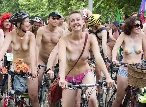 裸でレースしてる画像 17