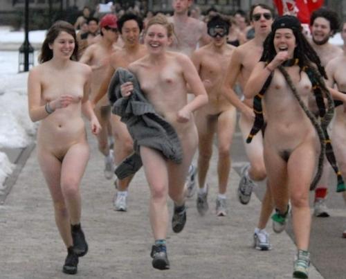 裸でレースしてる画像 25