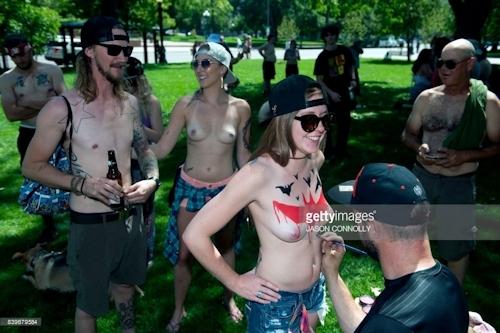 ニューヨークで第10回トップレスパレード「2017 Go Topless Day」の画像 1