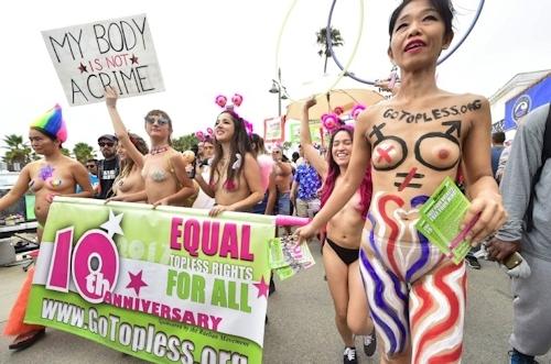 ニューヨークで第10回トップレスパレード「2017 Go Topless Day」の画像 9