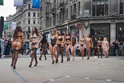ロンドンの街中にランジェリー姿のモデルが多数登場 3