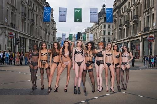 ロンドンの街中にランジェリー姿のモデルが多数登場 4