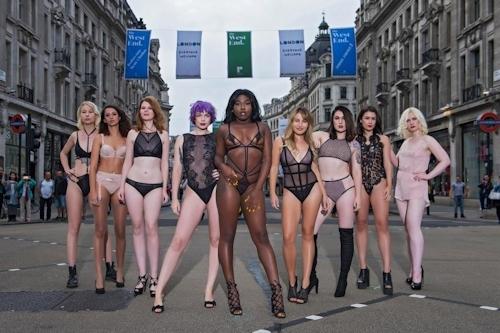 ロンドンの街中にランジェリー姿のモデルが多数登場 5