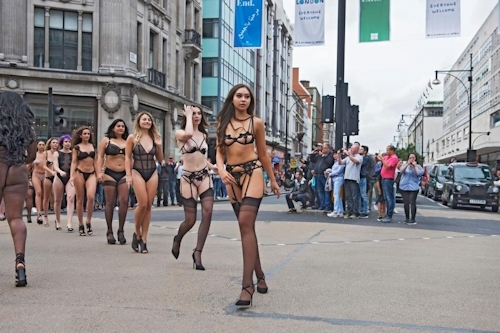 ロンドンの街中にランジェリー姿のモデルが多数登場 6