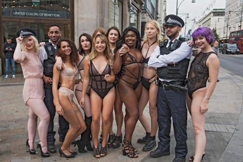 ロンドンの街中にランジェリー姿のモデルが多数登場 7