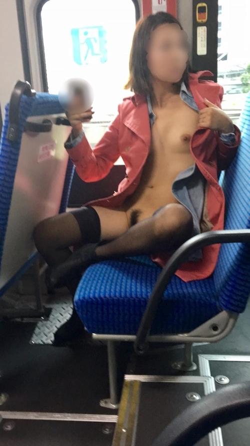 バスや店内で露出プレイしてる日本の素人女性のヌード画像 2